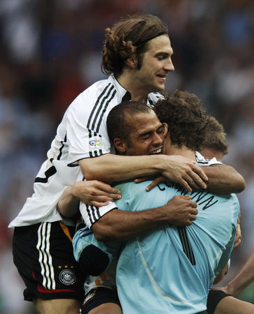 图文:德国5-3胜阿根廷 莱曼比赛后被队友拥抱