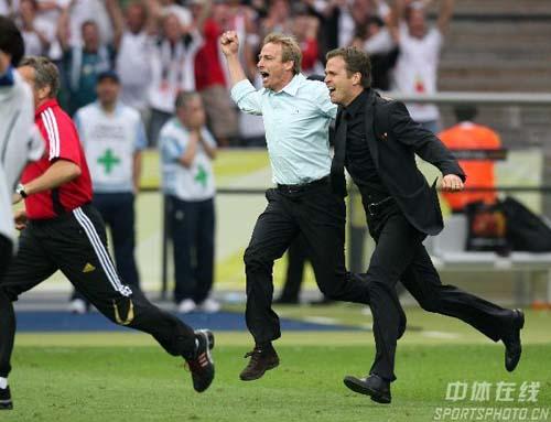 图文:德国5-3阿根廷 获胜后克林斯曼狂喜