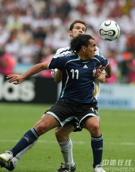 图文:德国5-3阿根廷 阿队员特维斯比赛中卡位