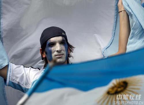 图文:德国5-3阿根廷 看台上的阿根廷球迷