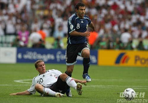 图文:德国5-3阿根廷 马斯切拉诺带球突破