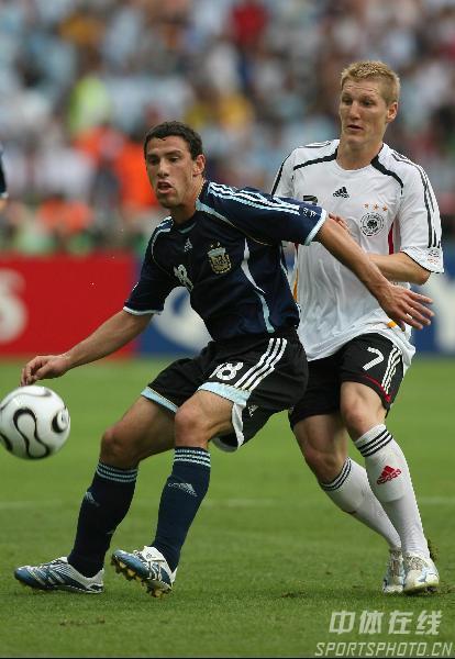 图文:德国5-3阿根廷 双方球员拼抢激烈