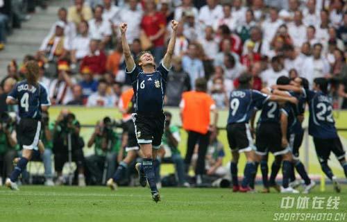 组图:德国5-3阿根廷 阿亚拉头球破门的瞬间