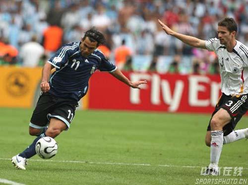 图文:德国5-3阿根廷 阿根廷队特维斯带球突破