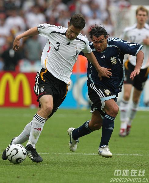 图文:德国5-3阿根廷 弗雷德里希带球突破