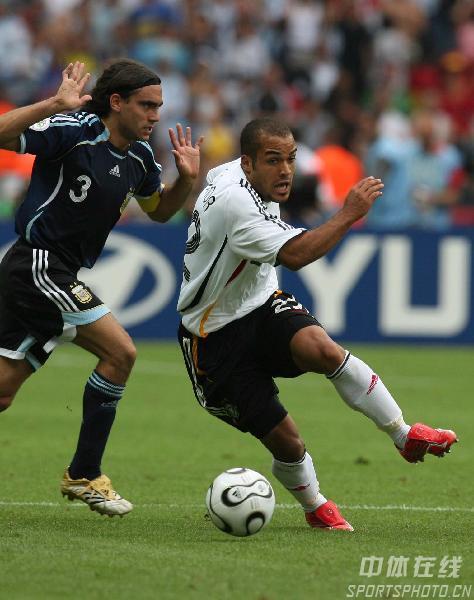 图文:德国5-3阿根廷 德国队奥登科尔带球突破