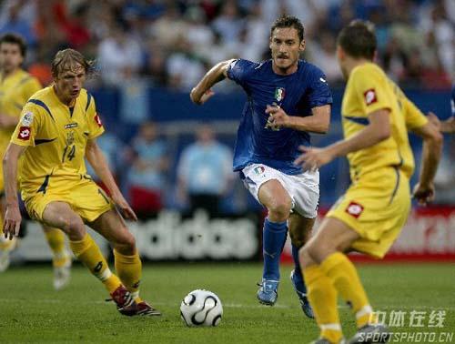 图文:意大利3-0乌克兰 罗马王子托蒂积极上抢
