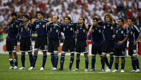 图文:德国5-3阿根廷 队员互相鼓励