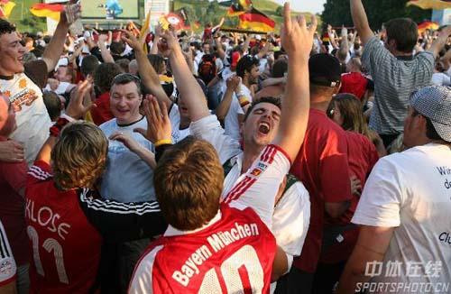 组图:德国5-3阿根廷 德球迷涌上街头欢庆胜利