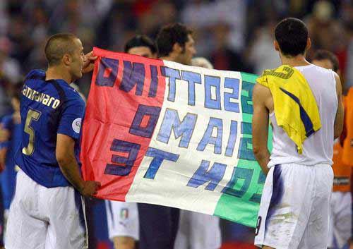图文:意大利3-0乌克兰 意大利队员与球迷同庆