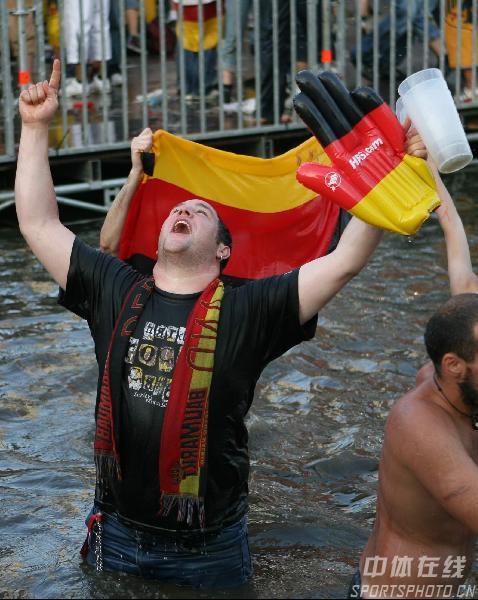 组图:德国5-3阿根廷 德球迷水中激情欢庆胜利