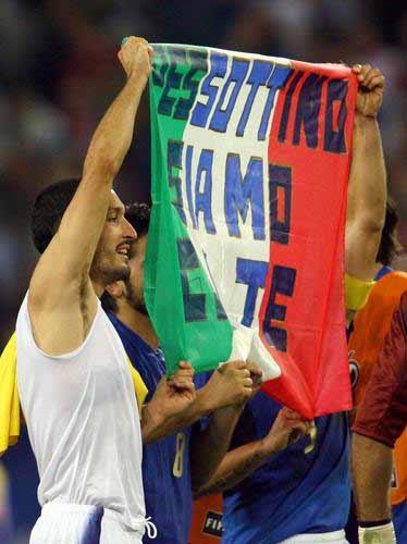图文:意大利3-0乌克兰 赞布罗塔高举旗帜