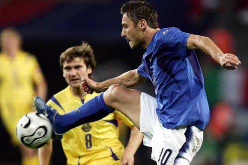 图文:意大利3-0乌克兰 托蒂巧妙停球