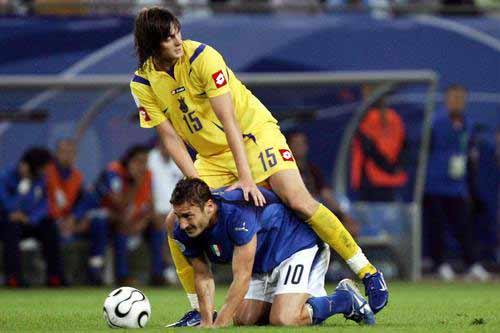 """图文:意大利3-0乌克兰 托蒂""""跪求一球"""""""