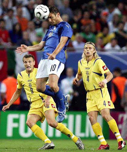 图文:意大利3-0乌克兰 托蒂头球攻门