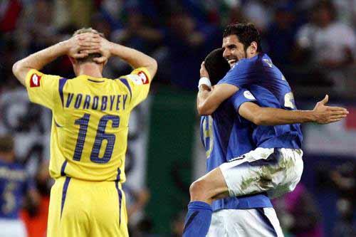 图文:意大利3-0乌克兰 意大利队员拥抱庆祝
