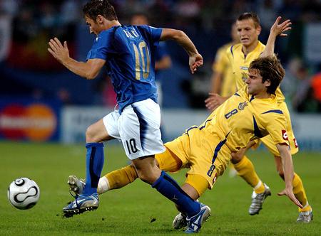 图文:意大利3-0乌克兰 托蒂与舍列耶夫争抢