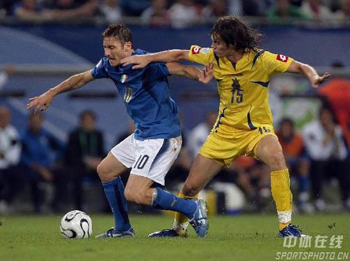 图文:意大利3-0乌克兰 托蒂带球强行突破