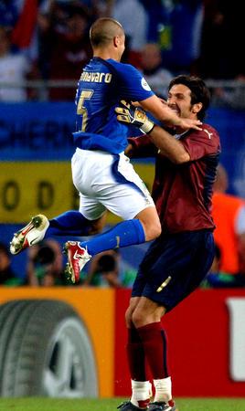 图文:意大利3-0乌克兰 卡纳瓦罗与布冯庆祝