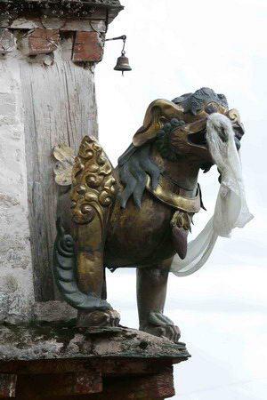 图文:哲蚌寺屋檐上的一尊雕塑