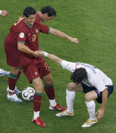 图文:英格兰VS葡萄牙 罗纳尔多表示友好