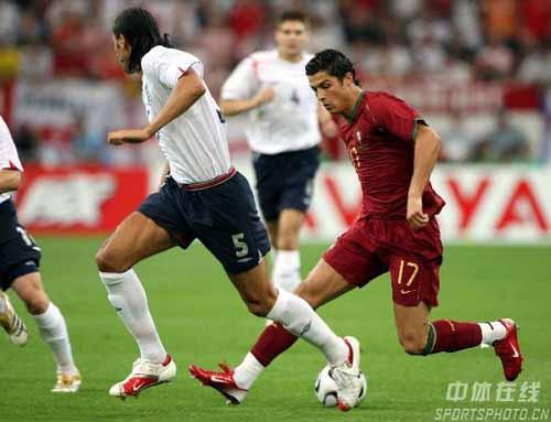 图文:英格兰3-1葡萄牙 C.罗纳尔多带球突破
