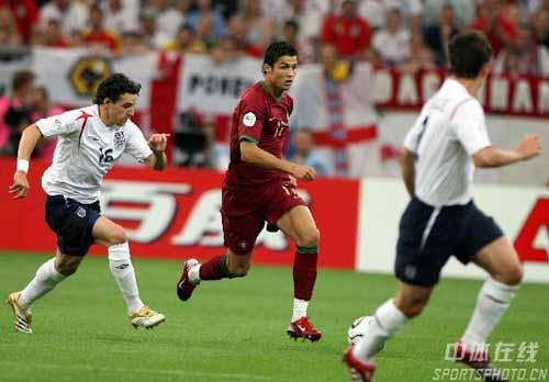 图文:英格兰1-3葡萄牙 C.罗纳尔多带球突破