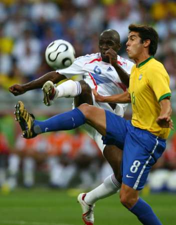组图:巴西VS法国 卡卡的激烈拼抢