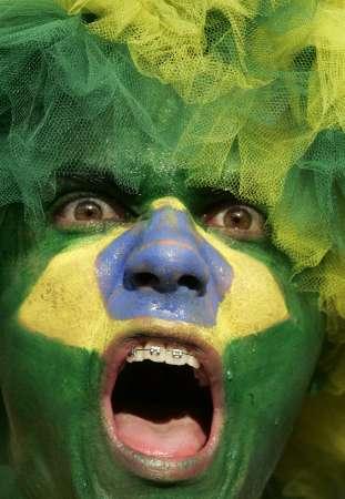 图文:巴西VS法国 巴西球迷看台尖叫