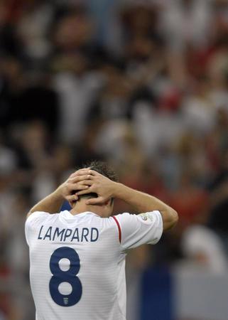 图文:英格兰1-3葡萄牙 兰帕德为射失点球懊悔