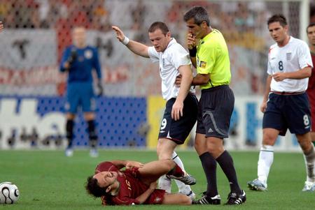 图文:英格兰1-3葡萄牙 鲁尼被裁判拉开