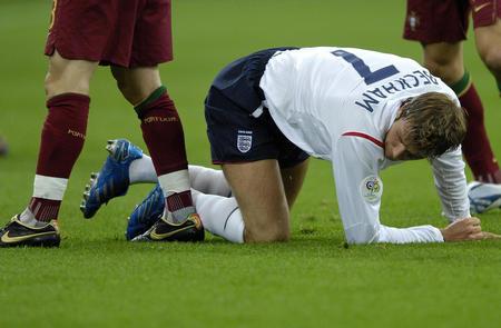 图文:英格兰1-3葡萄牙 贝克汉姆在比赛中倒地