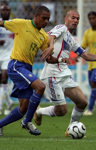 图文:巴西VS法国 齐达内积极拼抢