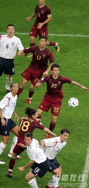 图文:英格兰1-3葡萄牙 双方球员拼抢激烈