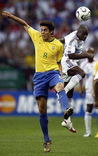 图文:巴西0-1法国 卡卡与对方拼抢头球