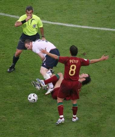 图文:英格兰1-3葡萄牙 鲁尼的踩人动作