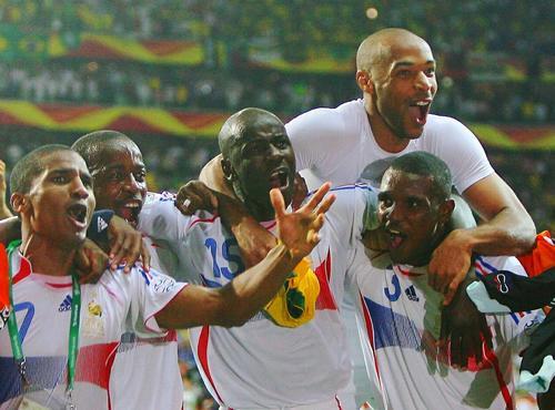 图文:巴西0-1法国 法国队员庆祝胜利