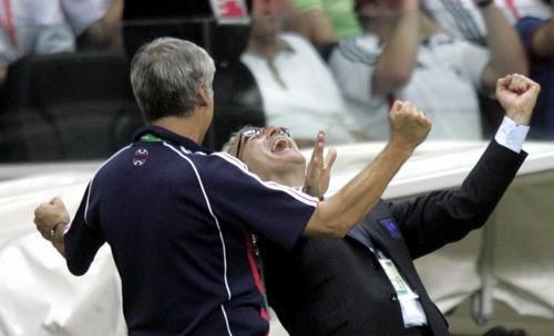 图文:巴西0-1法国 法国主教练欣喜若狂