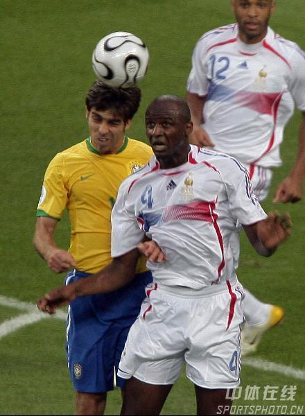 图文:巴西0-1法国 巴西队卡卡对抗中停球
