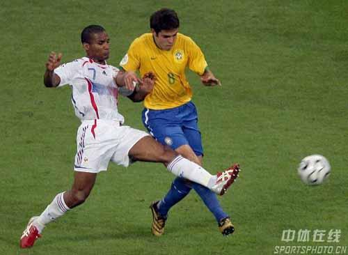 图文:巴西0-1法国 巴西队卡卡积极抢断