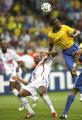 图文:巴西0-1法国 巴西队球员胡安跃起争顶