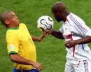 图文:巴西0-1法国 巴西队罗纳尔多胸部停球