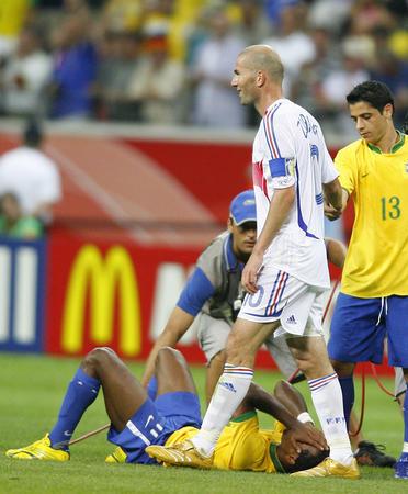 图文:巴西0-1法国 齐达内赛后向巴西球员致意