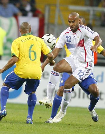 图文:巴西0-1法国 亨利与巴西队球员拼抢