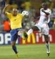 图文:巴西0-1法国 罗纳尔多与维埃拉拼抢