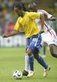 图文:巴西0-1法国 罗纳尔迪尼奥带球突破