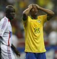 图文:巴西0-1法国 罗比尼奥错失机会后懊恼