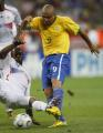 图文:巴西0-1法国 罗纳尔多的射门被破坏