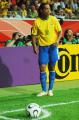 图文:巴西0-1法国 罗纳尔迪尼奥准备罚角球