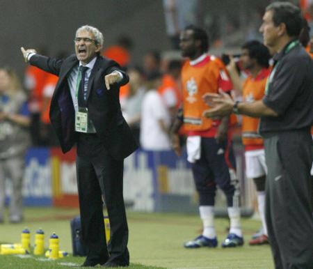 图文:巴西0-1法国 多梅内克在场边指挥作战